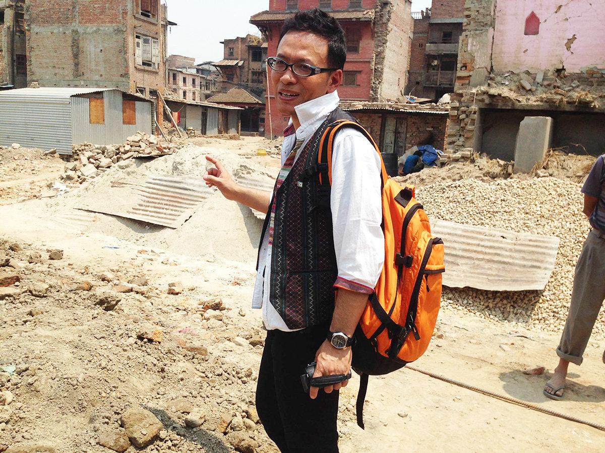 ネパール地震の被災地を歩くナレスさん(2015年)