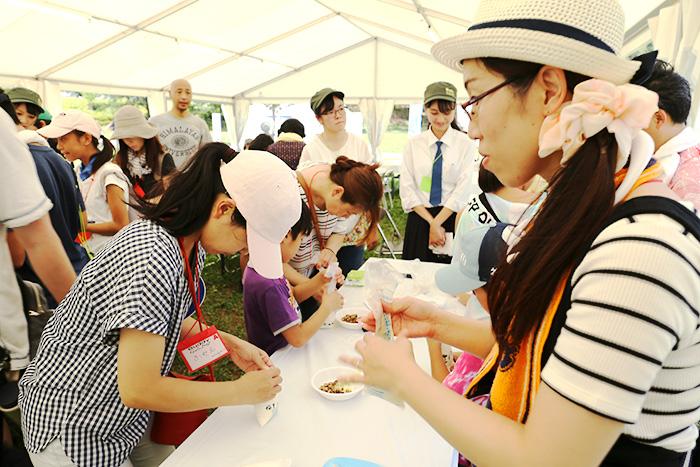 災害炊飯袋を使用した防災食づくりを体験する参加者