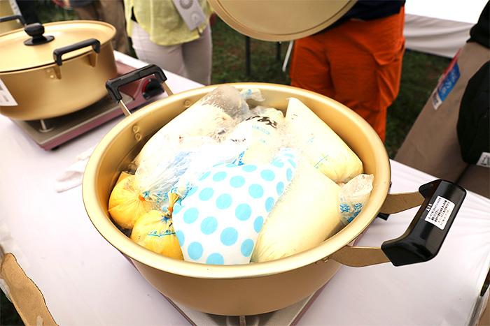 食材を入れたポリ袋を湯煎すれば完成